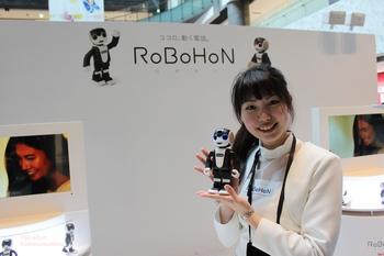 ロボホンの女性スタッフ-P.jpg
